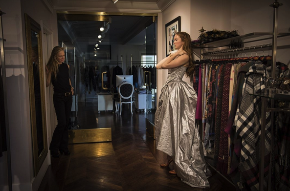suzy-amis-cameron-with-lily-cole-wearing-vivienne-westwood-getting-ready-for-the-academy-awards